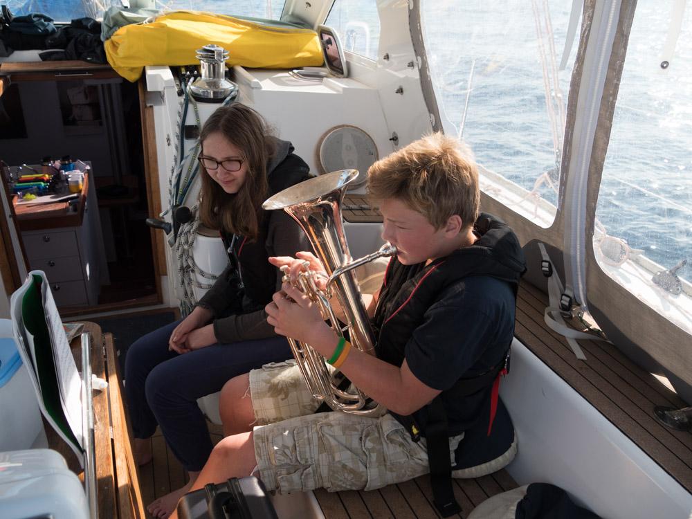 Her spiller Edele og Anders sammen et stykke fra korpset
