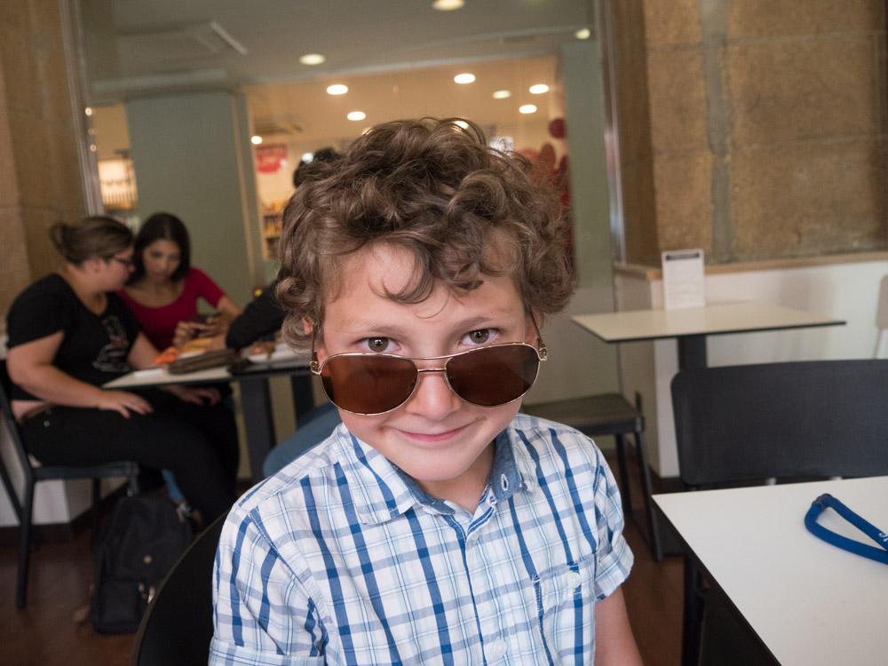 Aksel med storebror sine solbriller