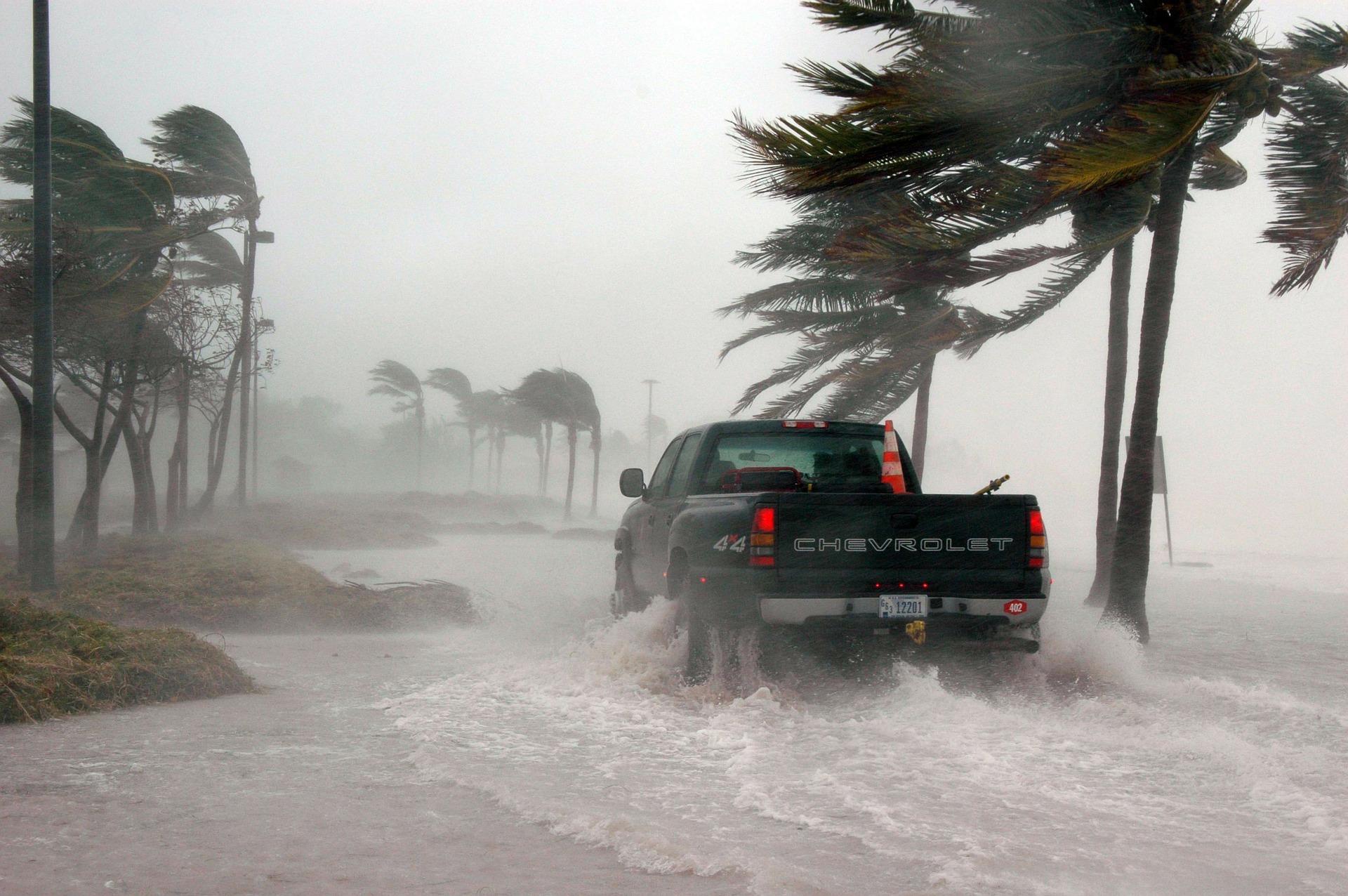 Bil langs vei i orkan