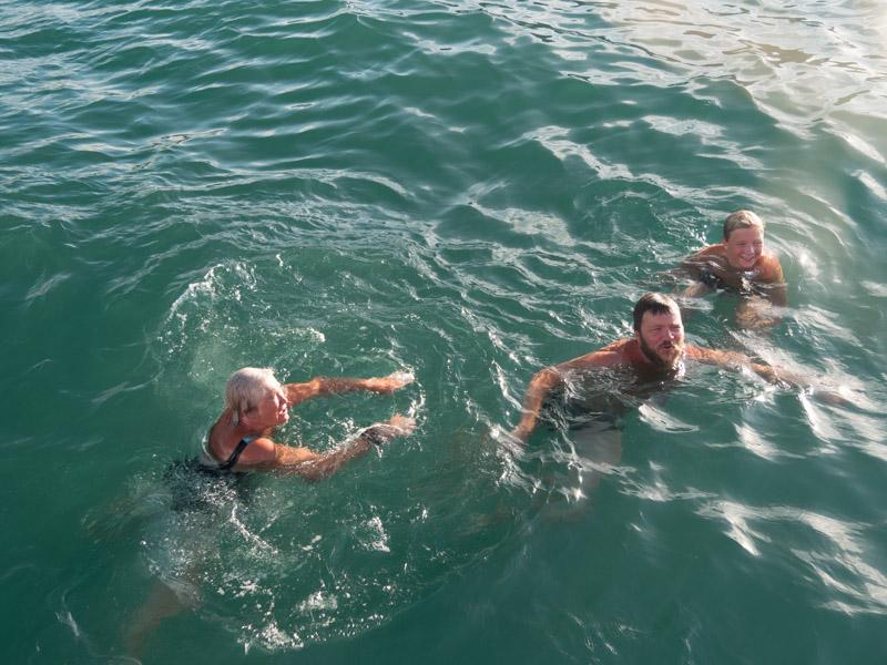 Mormor, jeg og Anders svømmer rundt båten