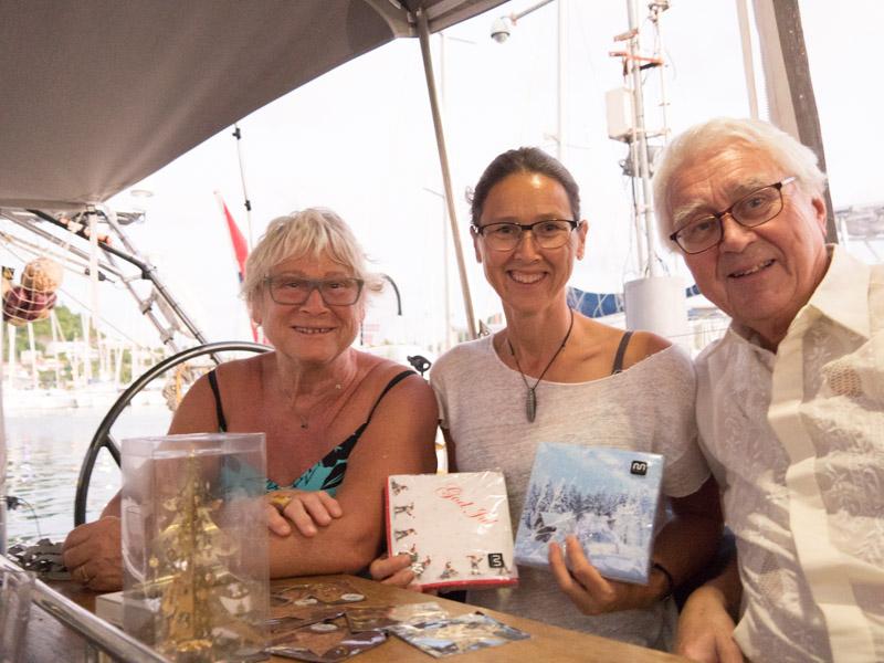 Anne, Cathrine og Harald med juleservietter