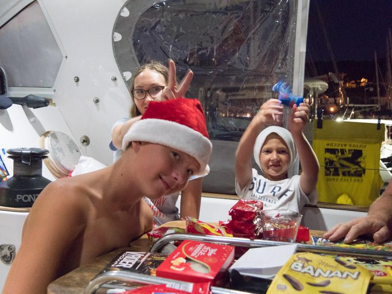 Glade barn med norsk godteri
