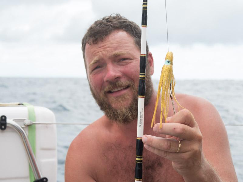 Denne lille gullfargede røveren ser ut til å vekke interessen hos Blue Marlin. Dog er kroken byttet ut til høyere kvalitet enn det den ble levert med.