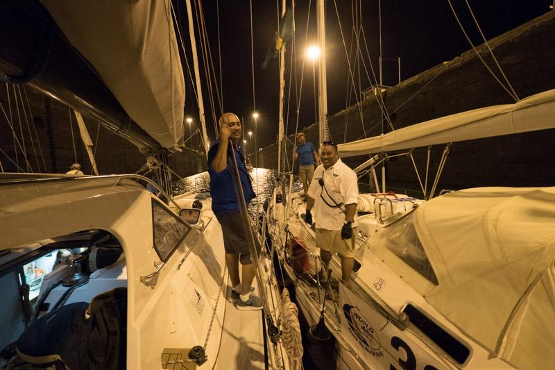 """Vår første guide, Moses (t.v.), sammen med en kollega på nabo båten """"Selene"""""""
