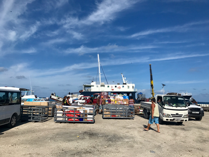 Her er den ukentlige leveringen i full gang, en virkelig happening på øya