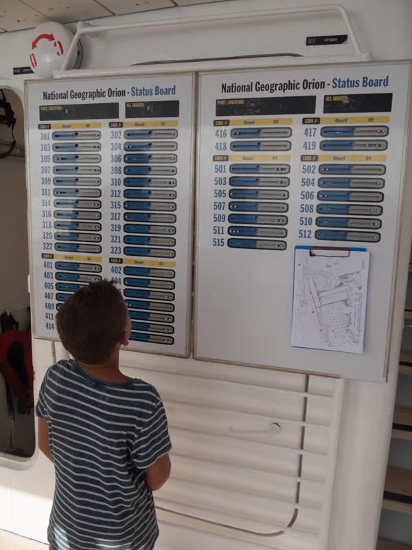 Aksel sjekker oversikten over gjestene, hvem er ombord og hvem er i land