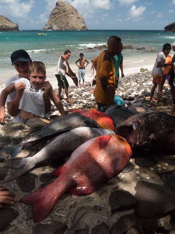 Gutta inspiserer noe av fangsten som ble dratt i land