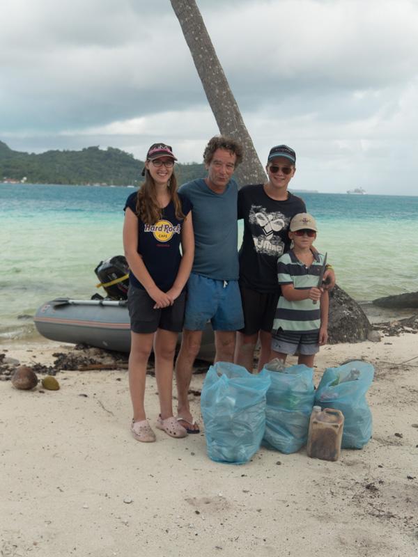 Men vi ventet på Bora Bora ble ungene med Harald på å samle søppel til hans kunstprosjekt G-Cube