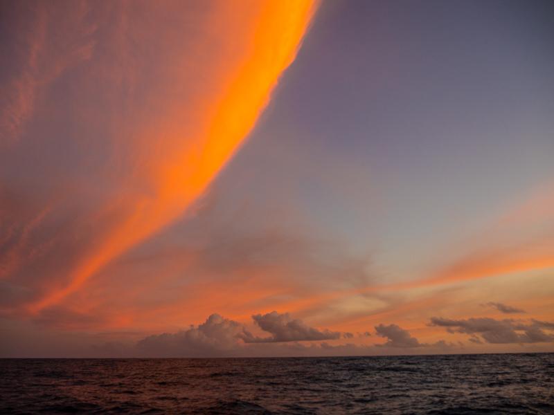 Jeg blir aldri lei av soloppganger og solnedganger på sjøen! Fullmånen fulgte oss inn til Tonga, og soloppgangen lurer bak skyene i horisonten