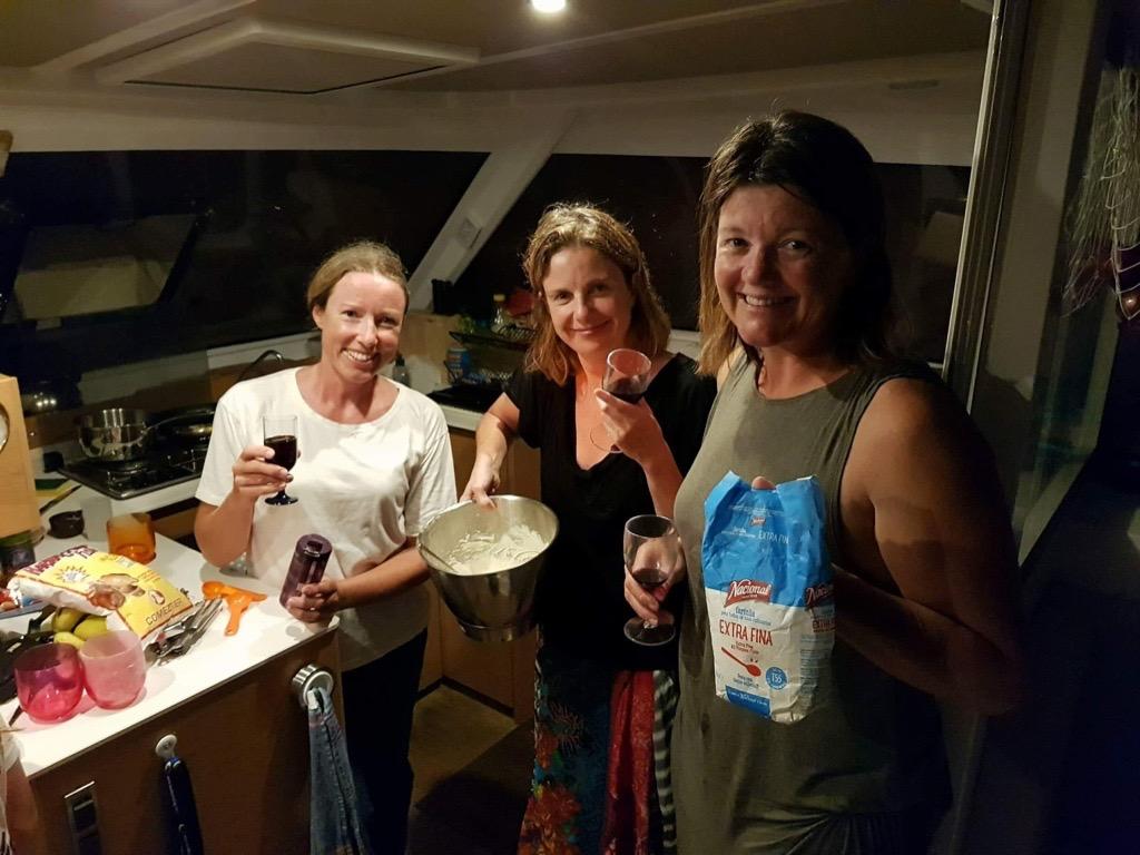 Med noe godt i glasset øver seilere fra Sverige, England og Australia på å bake surdeigsbrød med min surdeigskultur fra Jørgens vei