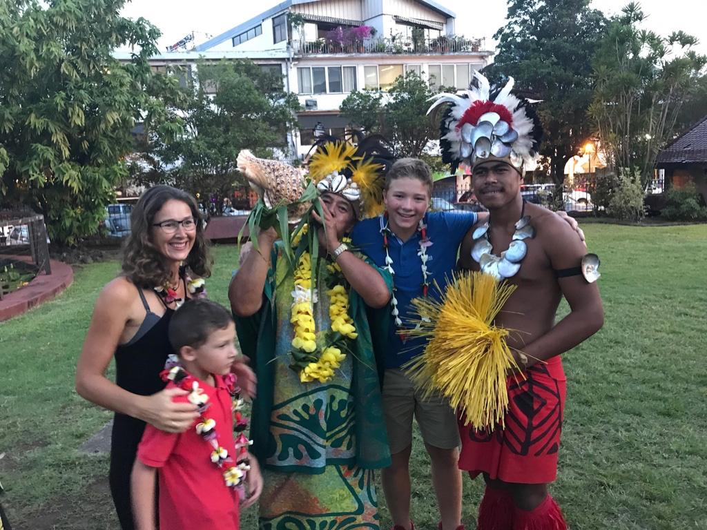 Vi blir hilst velkomne med blomsterkranser i Papeete på Tahiti av tradisjonelt kledde dansere og musikere
